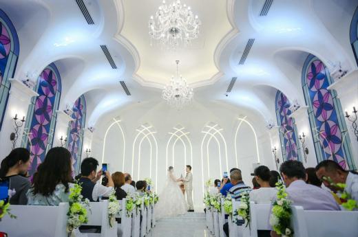 7月9日上午,随着声声礼炮响起,婚车车队缓缓驶进了青岛印象一站式婚礼中心。今天可谓双喜临门,一对新人在这里走进了神圣的婚姻殿堂,他们是青岛印象婚礼中心迎来的第一对新人,青岛印象婚礼中心今天也正式开门纳喜!  首场婚礼对于婚礼中心来说意义重大,责任亦重大。婚庆团队为这场婚礼做足了功课,他们提前几天就在宴会大厅门口设置了各种功能区,华丽雍容的合影区、精美别致的签到台和别出心裁的甜点区将这里打扮的浪漫而时尚。早晨7点半,婚庆团队就在大厅集合,熟悉流程,强调配合,强化细节,每一个环节都做好了充分的完美的准备,这些