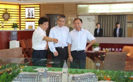 台湾信义企业集团董事长周俊吉及台湾媒体记者团一行参观青岛印象·金沙滩